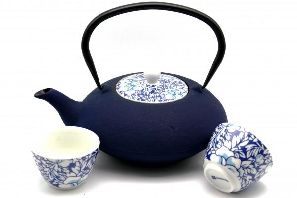 """Asia Eisenkanne """"Yantai"""" mit Porzellan-Deckel und zwei Cups blau"""
